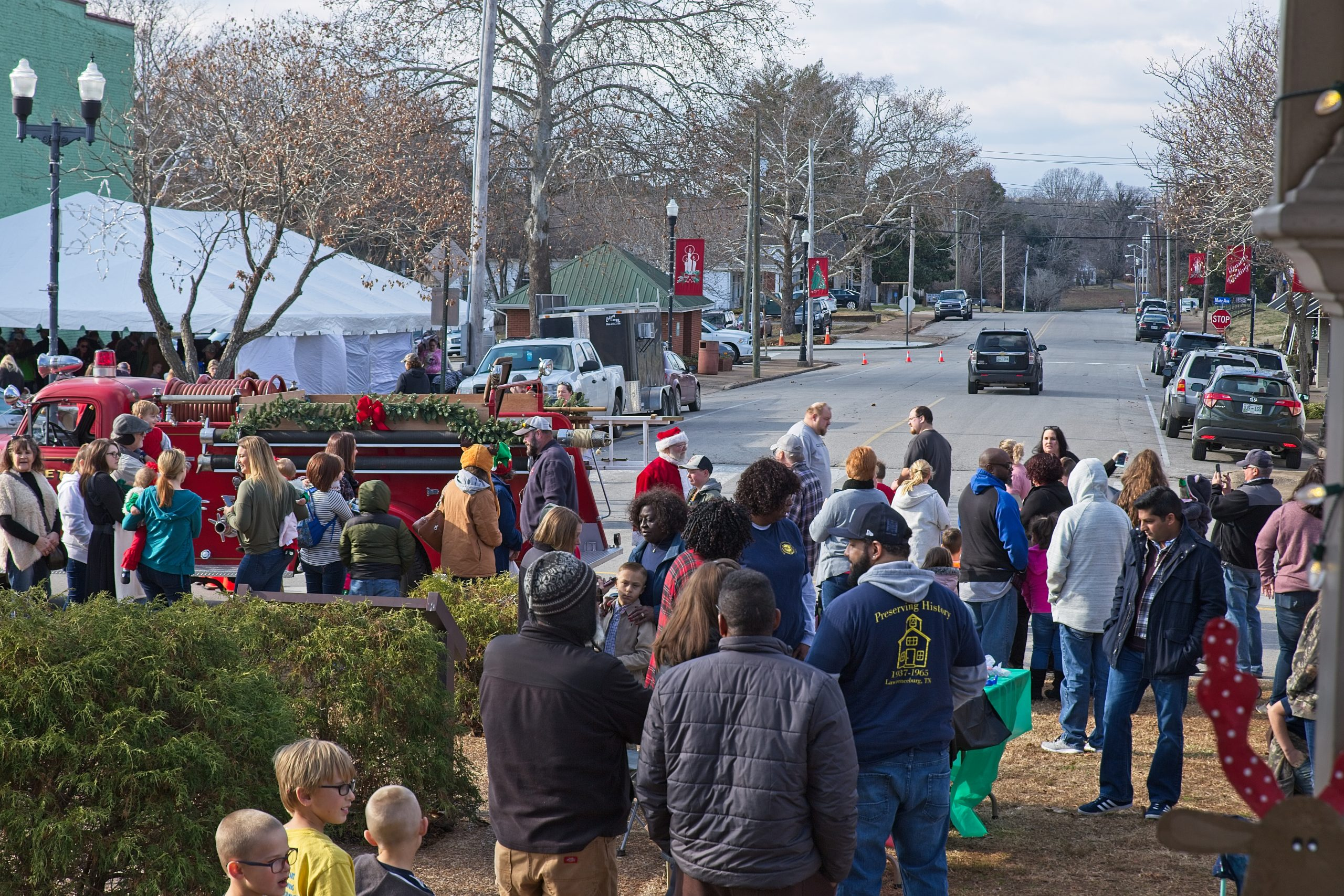 santa in the crowd at coras christmas on the lawrenceburg tn square